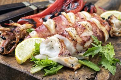 Få en tallrik med grillad Calamari serverad under din Roadtrip i Sintra