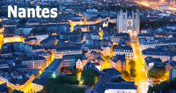 Staden Nantes upplyst i natten