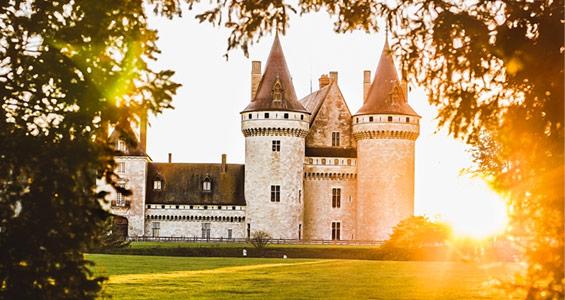 En bild på château de sully-sur-loire i Loiredalen som du kan se på roadtrip mellan Nantes och Tours