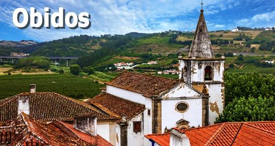 Kyrkan, Igreja de Santa Maria med utsikt över de gröna kullarna som omger staden Óbidos