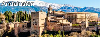 Vacker byggnad i gamla stan i Sevilla