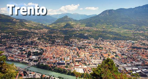 Utsikt över taken i Trento med Alperna i bakgrunden